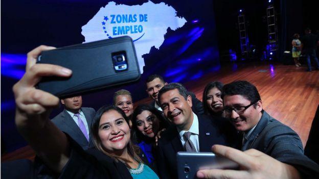"""La """"subasta de empleos"""" del pasado 16 de noviembre fue presentada como el pistoletazo definitivo para el arranque de las ZEDE. Foto: Gobierno de Honduras."""