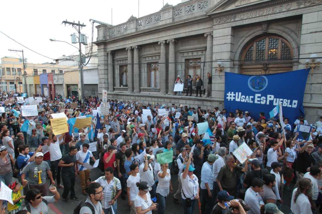 Frente al Congreso de la República los manifestantes esperaron el anuncio.