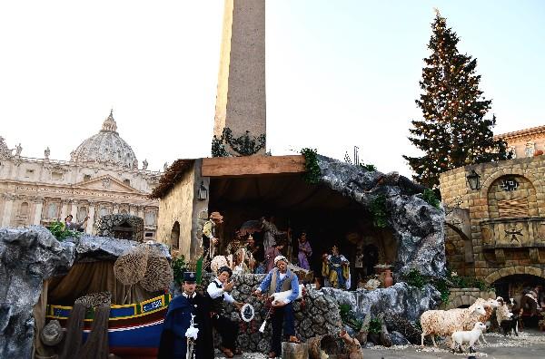 El Vaticano inaugura belén y árbol de Navidad en San Pedro
