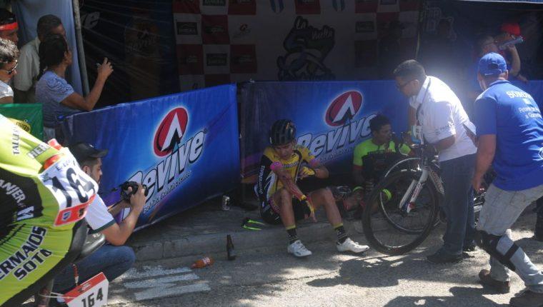Manuel Rodas y otros ciclistas se limpian luego de la caída que sufrieron a pocos metros de la meta en Zacapa. (Foto Prensa Libre: Francisco Sánchez)
