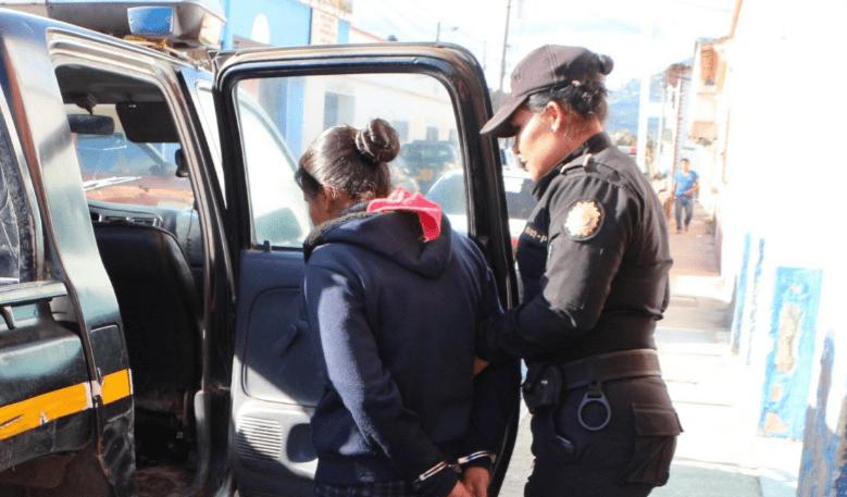 Agente de la PNC custodia a Noelia Lima, quien en noviembre último confesó haber dejado a la bebé en un terreno por orden de su hermana. (Foto Prensa Libre: PNC).