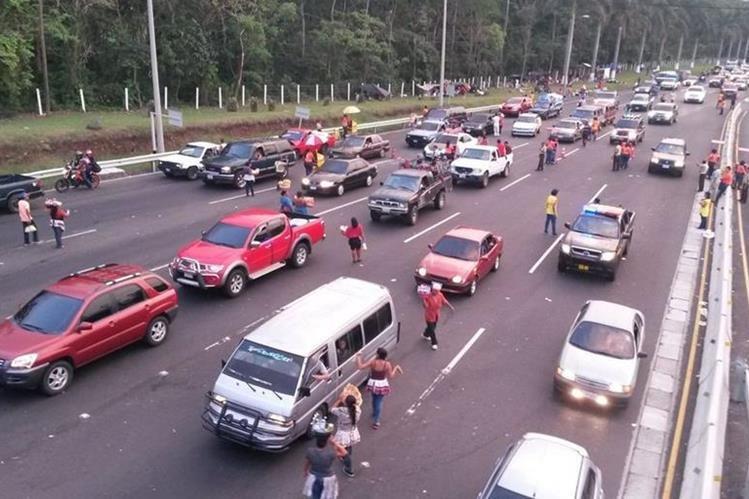 Las distintas rutas del país se ven congestionadas por la masiva afluencia de turistas a playas y balnearios. (Foto Prensa Libre: Hemeroteca PL).