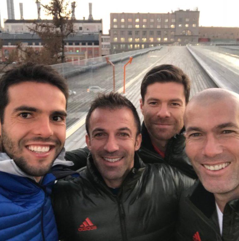 Xabi Alonso, Kaká, Del Piero y Zidane participan de una selfie previo a la presentación del nuevo balón de Rusia 2018. (Foto tomada de Instagram)