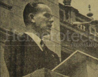 Foto que ilustraba la portada de Prensa Libre del 21 de junio de 1954 aparece el presidente Jacobo Árbenz durante un mensaje que dio a los ciudadanos por los ataques de los últimos días. (Foto: Hemeroteca PL)