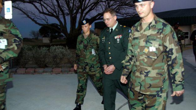 Charles Graner, en el centro, fue sentenciado a 10 años de cárcel por su participación en los abusos de Abu Ghraib. JANA BIRCHUM
