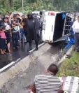 Varias personas observan el picop volcado en la carretera que conecta Santo Tomás La Unión con San Pablo Jocopilas, en Suchitepéquez. (Foto Prensa Libre: Cristian Icó)