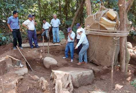 Arqueólogo efectúan trabajos en el parque Tak'alik Ab'aj. (Foto Prensa Libre: Archivo)