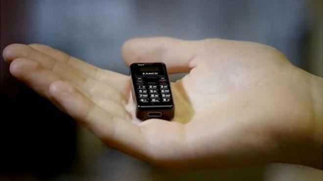 """""""Más pequeño que tu pulgar y más liviano que una moneda"""": así es Zanco, el celular más diminuto del mundo"""