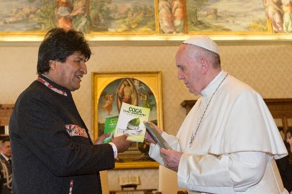 Morales regala al Papa libros sobre la coca y recomienda tomarla