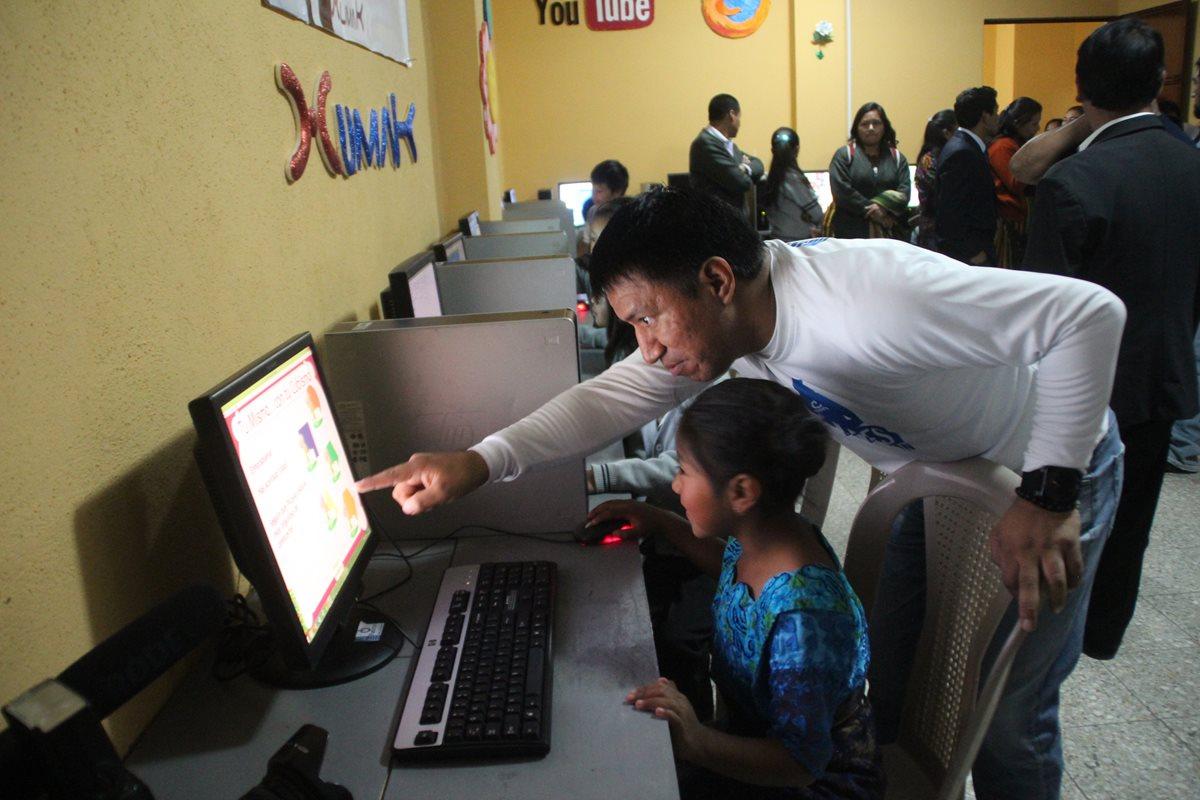 Marcos Andrés Antil, regresó a la comunidad de donde es originario y realizó una donación a la escuela de la localidad. (Foto Prensa Libre: Mike Castillo)
