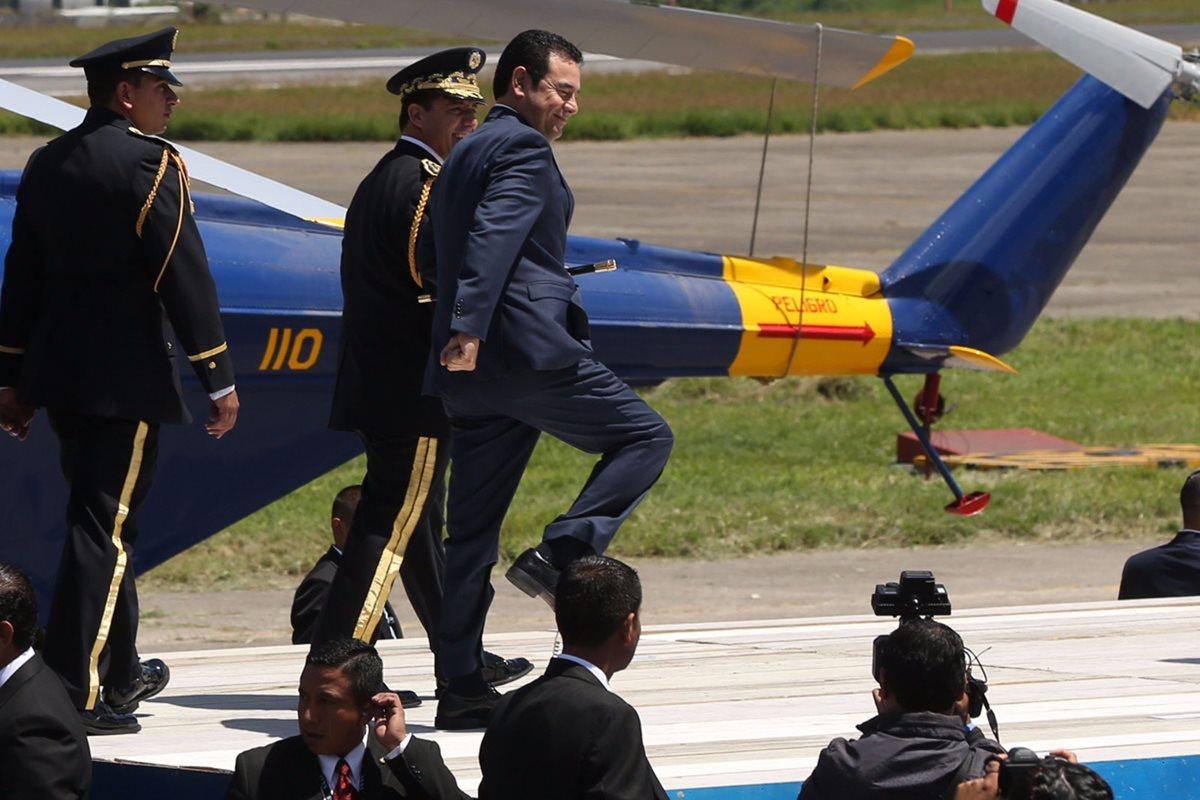 El presidente Jimmy Morales intenta marchar durante el acto alusivo a los 145 años del Ejército. (Foto Prensa Libre: EFE)