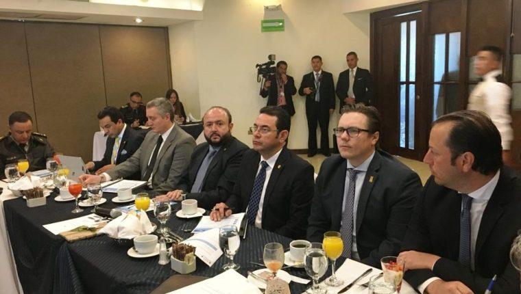 Los directores del Cacif se reunieron este día con el presidente Jimmy Morales en la sede de la Cámara de Industria. (Foto Prensa Libre: Cacif )