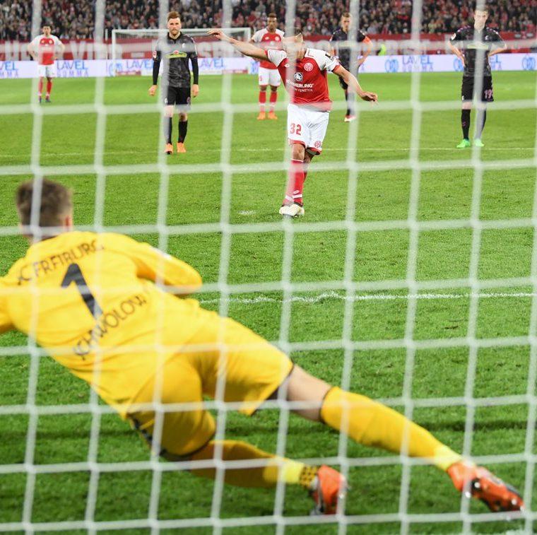 Pablo de Blasis del Mainz convierte un penal durante un partido de la Liga alemana ante el Friburgo, luego que el árbitro central utilizará el VAR.(Foto Prensa Libre: DPA)