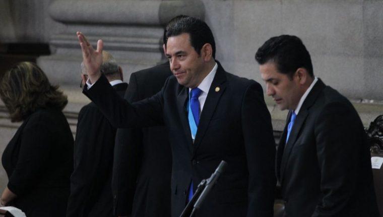 Presidente saluda a los diputados en el Pleno del Congreso. (Foto Prensa Libre: Érick Ávila)