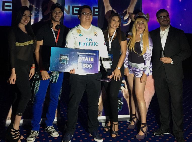 Francisco Mac PANCHHOMAC199026, Campeón centroamericano de FIFA18, junto a Gabriel Gaitán, Gerente de marca de AXE. Foto Prensa Libre: Axe Gaming League