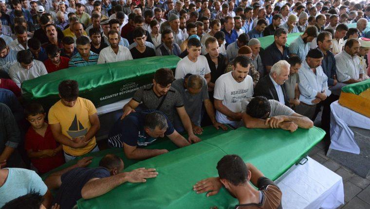Familiares de las víctimas lloran sobre los féretros de sus seres queridos. (Foto Prensa Libre: AFP).