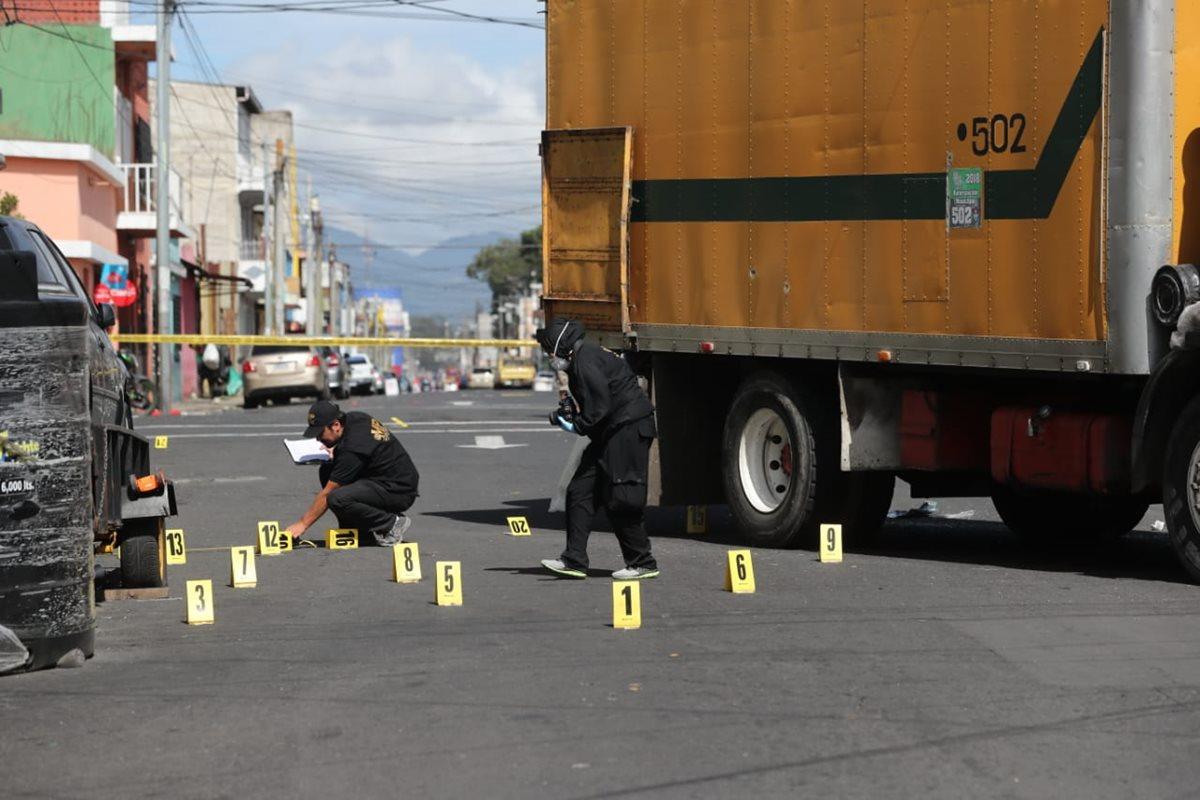 Agentes del MP buscan indicios del ataque armado contra el recolector de basura. (Foto Prensa Libre: Érick Ávila)