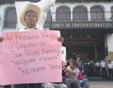 Una persona de la tercera edad sostiene una pancarta frente en rechazo a la actividad minera. (Foto Prensa Libre: Érick Ávila)