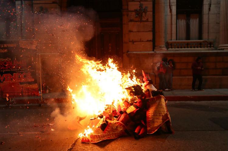 Varios guatemaltecos participaron el 7 de diciembre en la tradicional quema del diablo.