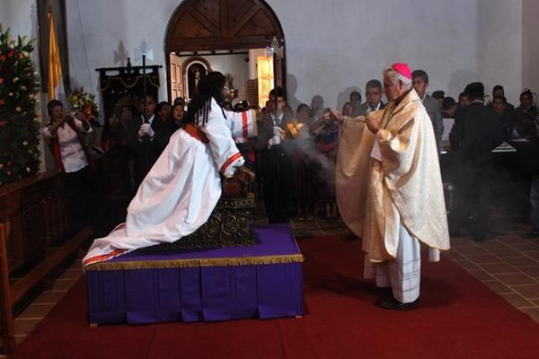 El obismo Gonzalo de Villa consagra la imagen de Jesús Nazareno de Poromá, en Tecpán Guatemala, Chimaltenango. (Foto Prensa Libre: José Rosales)