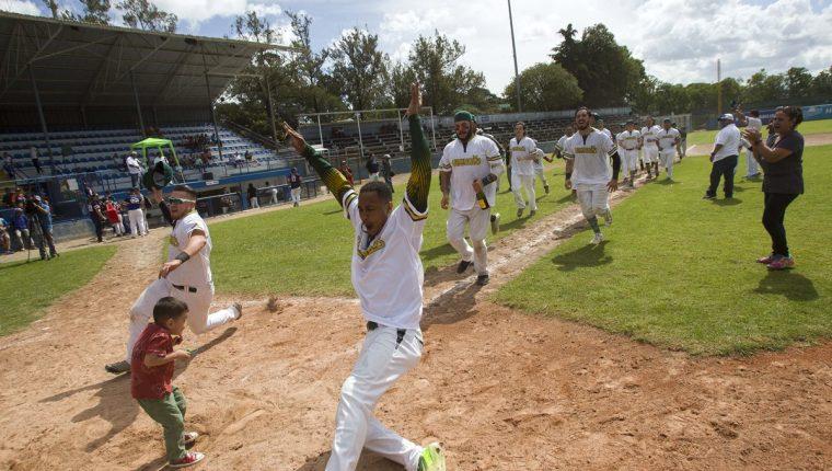 La novena de Vikingos se consagró en en la Liga Nacional de Beisbol de Guatemala. (Foto Prensa Libre: Norvin Mendoza)