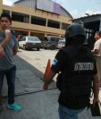 Los fieles religiosos fueron sorprendidos por el allanamiento. (Foto Prensa Libre: Estuardo Paredes)