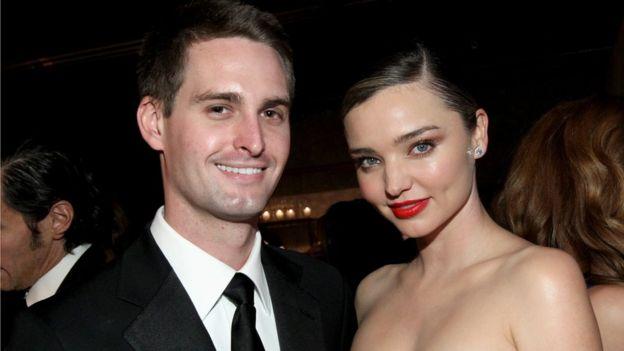 Spiegel y su mujer se han convertido en habituales de las fiestas de Hollywood. GETTY IMAGES