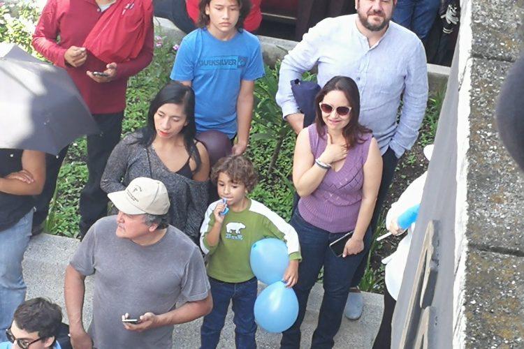 Padres junto a sus hijos llegan a la manifestación frente a la CC.
