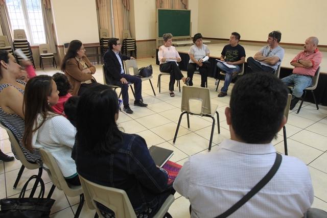 El diputado Álvaro Velásquez, en reunión con representantes de comités de vecinos de la zona 6. (Foto Prensa Libre: Estuardo Paredes)