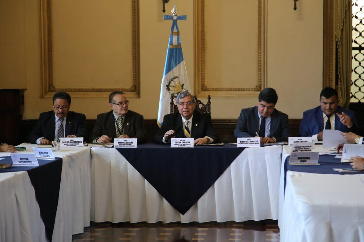 Presidente en funciones Jafeth Cabrera participa en una reunión sobre actividades extractivas en el Palacio Nacional de la Cutlura. (Foto Prensa Libre: Vicepresidencia)