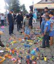 Juguetes bélicos que llevaron niños de Colomba fueron destruidos como una demostración de que lo que se quiere es la paz entre la población. (Foto Prensa Libre: Édgar Girón)