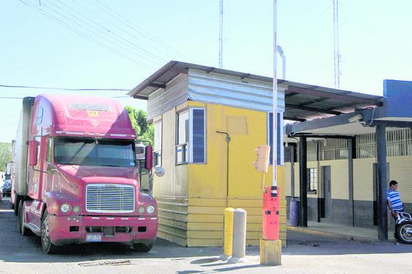 La Aduana  de Ciudad Pedro de Alvarado, Jutiapa, está abandonada y carece de servicios sanitarios y seguridad para las personas que transitan entre Guatemala y El Salvador. (Foto Prensa Libre: Edwin Berián)