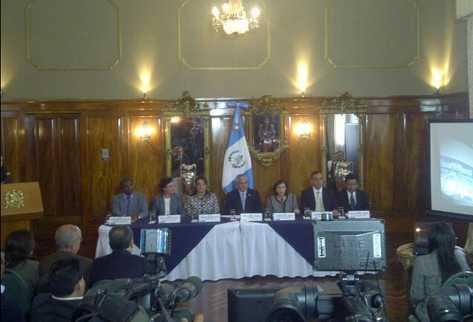 Ejecutivo presenta redacción final de propuesta magisterial. (Foto Prensa Libre: Alex Rojas)