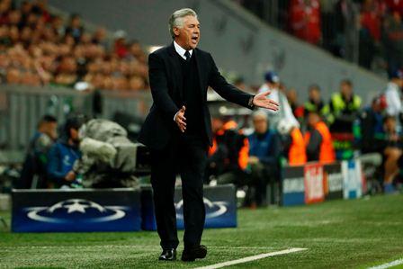El técnico italiano del Bayern de Múnich, Carlo Ancelotti, observa el partido.