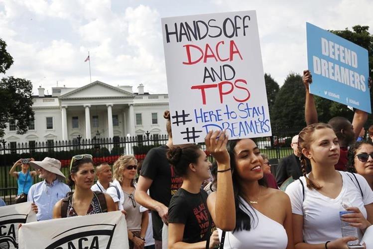 Después del anuncio de la suspensión del DACA, miles de jóvenes estudiantes beneficiados con el programa protestaron frente a la Casa Blanca. (Foto Prensa Libre: Hemeroteca PL)
