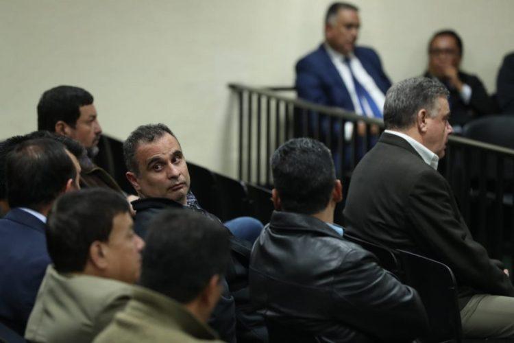 """""""Los acusados actuaron en asociación ilícita. Fueron actos grotescos, caros e innecesarios con el pretexto de defraudar al Estado de Guatemala"""", dijo el juez Xitumul. """"La fórmula resultó ser agua con sal y cloro, dañino para la salud"""", añadió."""