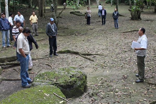 Personal de varias entidades recorren el sitio arqueológico El Chal, Petén. (Foto Prensa Libre: Walfredo Obando)