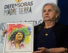 La madre de Berta Cáceres, Austra Berta Flores, sostiene un retrato de la activista en septiembre del 2016. (Foto Hemeroteca PL).