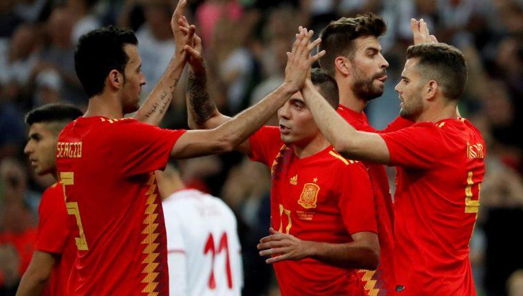 Los jugadores de la selección española, Sergio Busquets, Iago Aspas, Gerard Piqué y Nacho, celebran el gol de Diego Costa en el amistoso contra Túnez. (Foto Prensa Libre: EFE)
