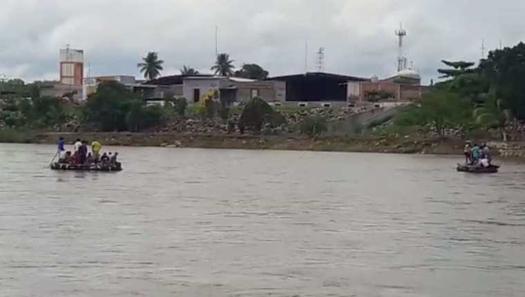 Algunos hondureños cruzan en balsa el río Suchiate para pasar a lado mexicano. (Foto Prensa Libre: Whitmer Barrera)