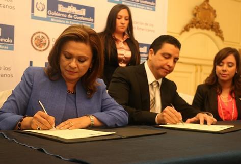 Milagro Martínez,  representante de la OEA en Guatemala, y Erick Archila, ministro de Energía y Minas, firmaron ayer el convenio. (Foto Prensa Libre: Cortesía Mem).