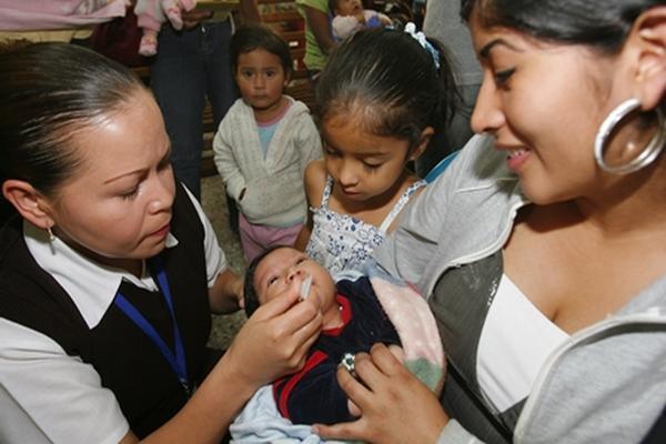 El esquema de vacunación comienza a los seis meses de edad y debe estar completo para evitar el contagio de varias enfermedades. (Foto Prensa Libre: Hemeroteca PL)