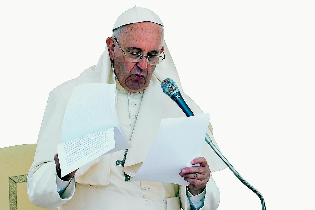 El papa Francisco lee su discurso durante la audiencia general de los miércoles llevada a cabo en El Vaticano. (Foto Prensa Libre: AFP).
