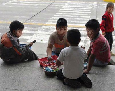 En el país, más de 850 mil menores efectúan un trabajo remunerado. En la imagen, un grupo de niños vendedores de dulces conversan en el parque central de San Marcos, donde ese problema tiene grandes dimensiones. (Foto Prensa Libre: Édgar Octavio Girón)