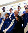Personeros de Bantrab, de la Fedefutbol, cuerpo técnico de la Bicolor y seleccionados posan con la camisola Azul y Blanco (Foto Prensa Libre: Edwin Fajardo