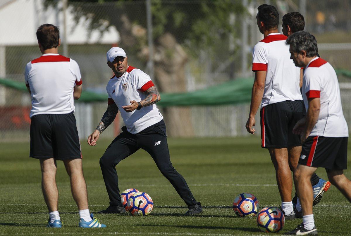 Mientras los rumores siguen, Sampaoli se entrena con los jugadores del Sevilla. (Foto Prensa Libre: EFE)