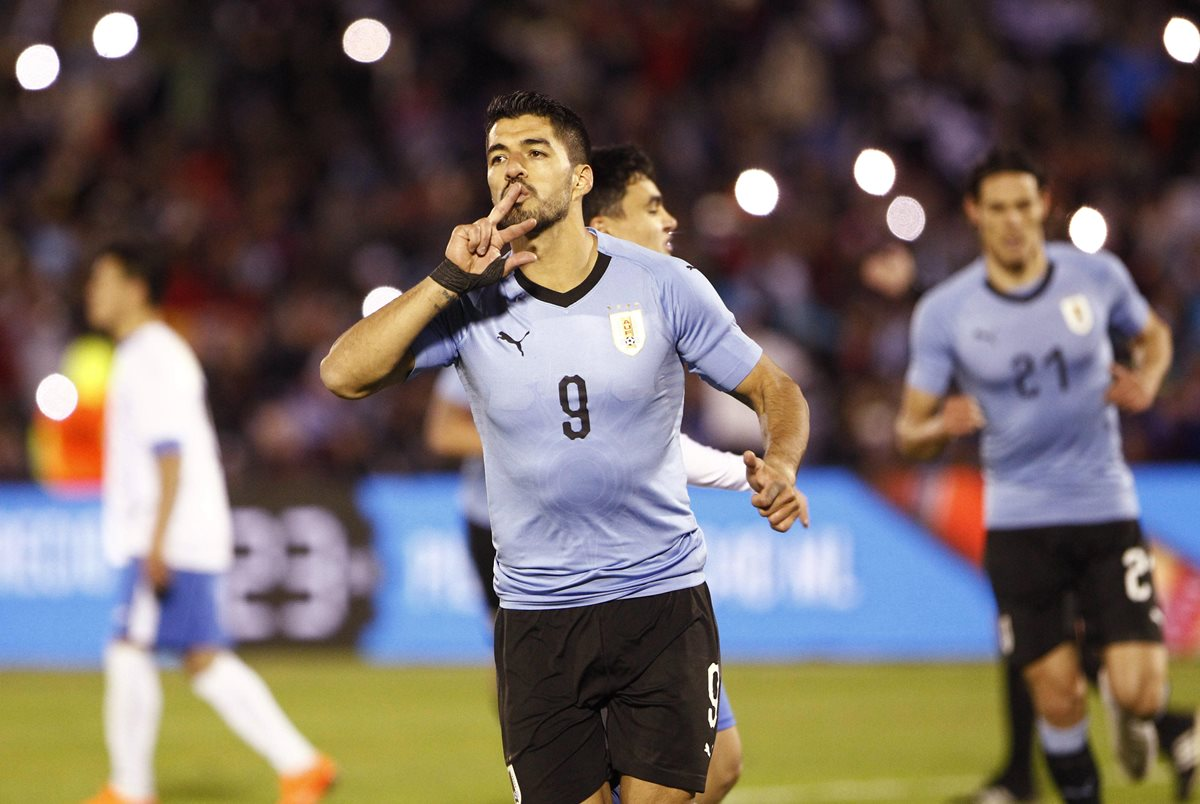 Luis Suárez de Uruguay celebra el 2-0 ante Uzbekistán. (Foto Prensa Libre: EFE)
