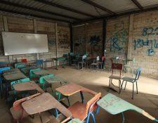 Estas son las condiciones en que reciben clases los estudiantes del Instituto Nacional de Educación Básica, Santa Isabel 2, Villa Nueva. (Foto Prensa Libre: Esbin García)