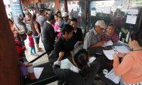 """Guatemaltecos tramitan su pasaportes en las oficinas de Migración de zona 4.<br _mce_bogus=""""1""""/>"""