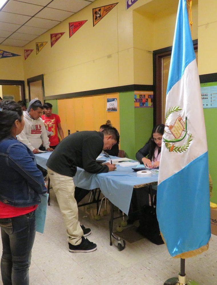 Atención a connacionales en el consulado de Guatemala en Oregón, Estados Unidos. (Foto: Consulado)